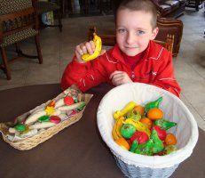 Figuurtjes van zoutdeeg bakken met de kinderen: groenten en fruit   Bloemschikken - Knutselen  Klik om meer te lezen