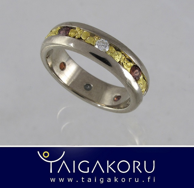 KVS85 Allianssisormus, valkokulta, granaatti. Alliance ring, gold nugget, garnet. www.taigakoru.fi by TAIGAKORU, via Flickr