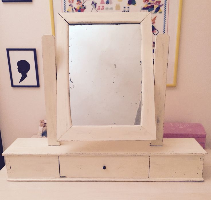 Una vecchia specchiera della mia bisnonna, rinnovata mantenendo il suo antico fascino