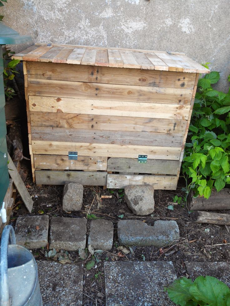 double compartments pallet compost bin bac compost pallet ideas gardens garden pallet. Black Bedroom Furniture Sets. Home Design Ideas