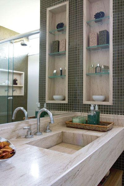 Para conseguir uma boa decoração de banheiros de apartamento pequeno é necessário prestar atenção a pequenos detalhes: espelhos; cores claras; prateleiras.