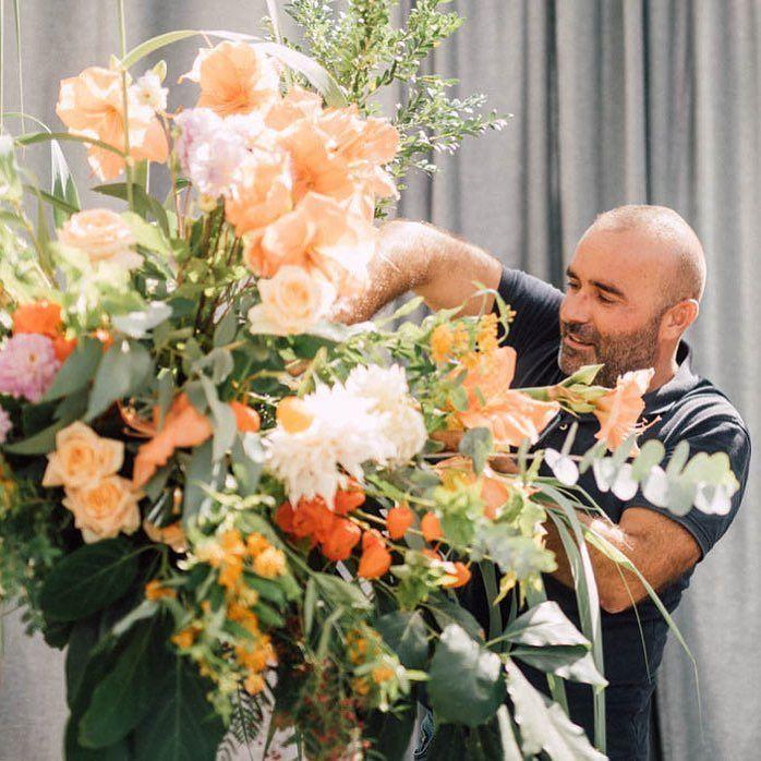 Apenas hay imágenes de nuestro director de orquesta!! Pero nuestro amigo @alejandromarmolfotografia captó esta imagen de Pedro en pleno Montaje este sábado pasado!! . . #wedding of @tuccoweddingsanduniqueaffairs  #molinodelduque #manilva #wedding #pedronavarroweddings #pedronavarro #marbella #marbellawedding #flowers