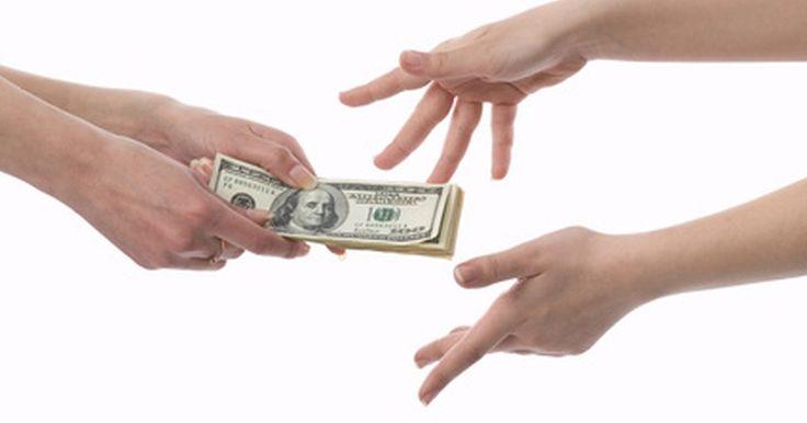 Cómo calcular el monto de ingresos realmente disponible. El monto de ingresos disponible es el dinero que tienes para gastar luego de pagar los impuestos y las cuentas fijas. Tu monto de ingresos fijo, en otras palabras, es el dinero que tienes para gastar en cualquier cosa que quieras, cada mes. Es importante calcularlo para poder hacer un presupuesto correcto.