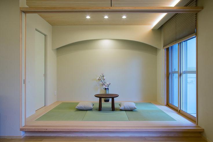 リビングと続き間になった小上がりの和室。縁なし畳と間接照明がモダンな印象を与えます。 和室 インテリア おしゃれ 自然素材 リフォーム・リノベーション 
