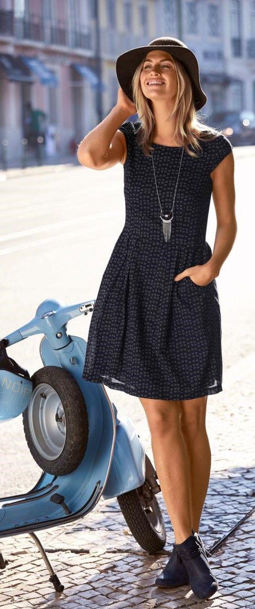 Hast du eine Stadt schon mal auf einer Vespa entdeckt? Hier ist dein Outfit dafür: Kernige Boots, verspieltes Kleid mit Alloverprint und natürlich ein Schlapphut. Ein traumhaftes Outfit!