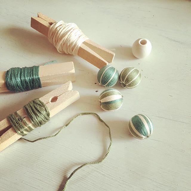 巻き玉って知っていますか?それはウッドビーズに刺繍糸をぐるぐる巻きつけ、布製のような質感の雰囲気あるビーズを作れる手芸のこと。そしてそれをアクセサリーに加工するのも、じわじわ人気なんです。さっそく作り方と、みんなの巻き玉アクセサリーを見てみましょう。楽しいのできっと作ってみたくなりますよ。