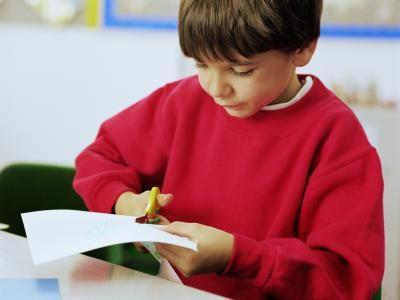 Atividades para crianças que estão aprendendo a usar a tesoura | eHow Brasil