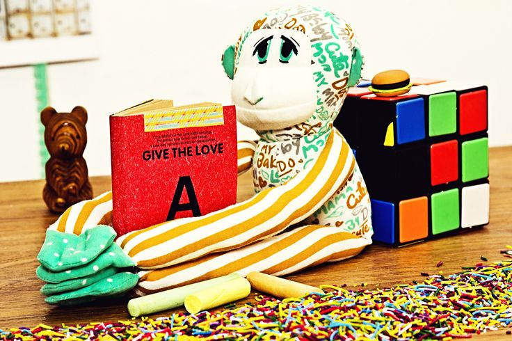 El mono Mom Fifi, tranquilito, leyendo...<3