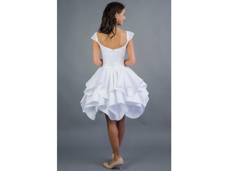 Krátké svatební šaty ROSE . šaty mají hlubší korzetový výstřih tenké ramínka s lehkým šifonovým rukávkem volánová sukně délka sukně 53 cm, lze upravit šaty šijeme na zakázku