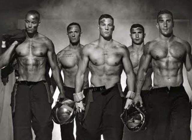 """PHOTOS. Pour leur premier calendrier, les """"Pompiers Sans Frontières"""" se dévoilent"""