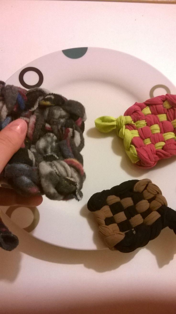 Eponges tawashi faites grâce au tuto trouvé sur ce blog : http://fabriquéenutopie.fr/2015/01/figure-toi-que-tu-vas-te-mettre-a-faire-la-vaisselle-avec-tes-vieux-habits-et-des-coquilles-doeufs-si-si/