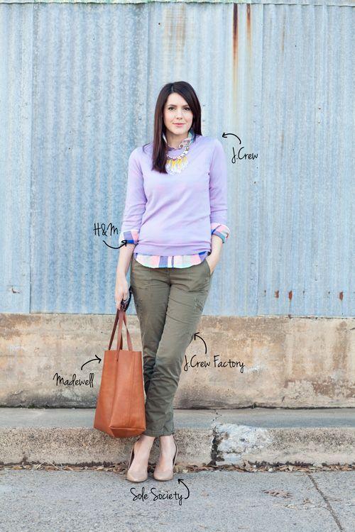 カーキ色パンツと紫のサマーニット