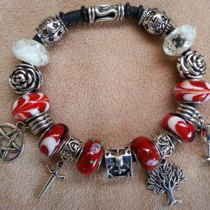 armband tarotkaart de magier in de kleuren rood/wit naar de kleding van de Magiër en met de vier tarotsymbolen, waarbij staven wordt weergegeven door een hele boom.