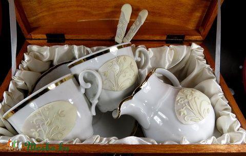 Meska - Mitterteich porcelán készlet - 8 részes szett  judi10 kézművestől  Igazi finom német porcelán.  anyagában is mintás, aranyszegélyű csészékre került az alap, s erre a virágok.  Az alap gyöngyházfehér, törtfehér osztást kapott.  Az ár 2 szettet tartalmaz:  - 2 db csészét - 2 db tányért alájuk - 2 db 14 cm hosszú kanalat - 1 db tejszínes kiöntőt - 1 db pácolt, selyemmel bélelt fa ládikát.