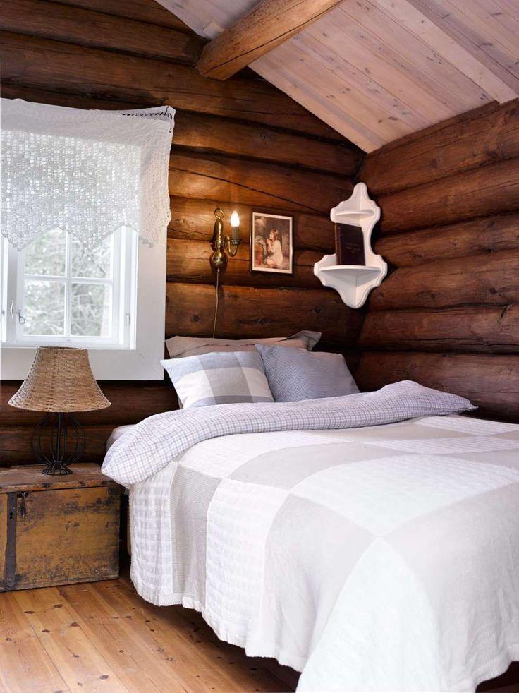LUNT: De mørke tømmerveggene gir soverommet en varm glød.