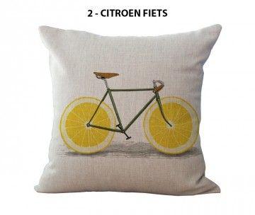 Geef je oude kussen(s) een restyle met één van deze originele kussenhoezen met daarop een fris en fruitige fietsprint. Tover je bestaande kussen eenvoudig om tot een decoratief retro kussen om je bank of stoel mee op te fleuren. Té leuk als je van fietsen houdt! Deze kussenhoezen zijn gemaakt van katoen en hebben een beige linnenstructuur. Kies uit de volgende opdrukken: mandarijn fiets, citroen fiets of grapefruit racefiets.