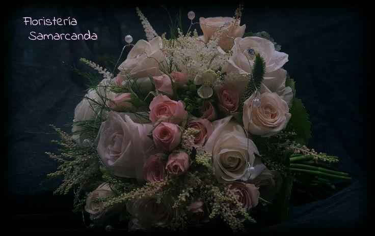 Ramo de novia de rosas con los tallos vistos