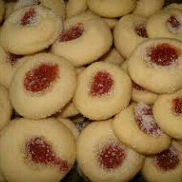 INGREDIENTES 5 colheres (sopa) de margarina em temperatura ambiente 5 colheres de açúcar 5 colheres de farinha de trigo 1 1/2 xícara de maizena Goiabada picadinha     MODO DE PREPARO Coloque todos os ingredientes em uma tigela, misture até formar uma massa lisa. Abra a massa,corte os biscoitinhos e coloque os pedacinhos de goiabada. Leve para assar até dourar, em forno pré-aquecido.