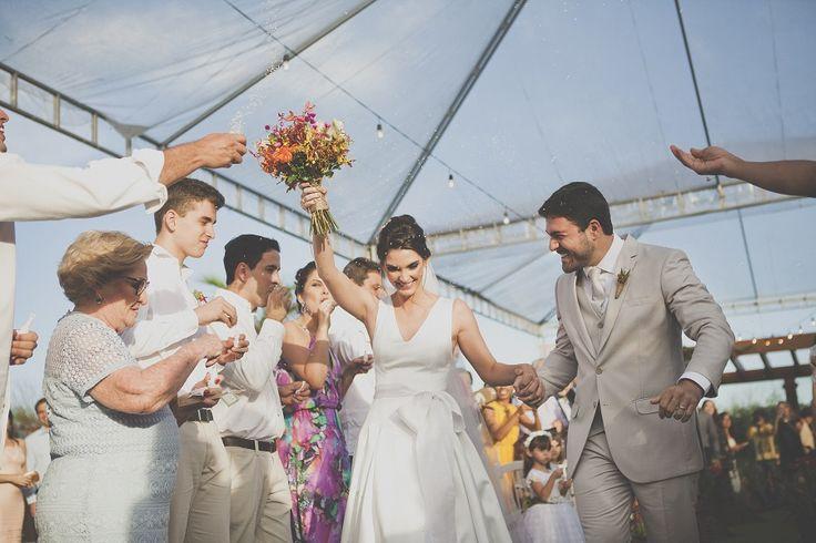 """Casamento na Praia–Acho que deu pra perceber o quanto estou apaixonada pelos casamentos durante o dia, não é mesmo?! <3 Se for ao ar livre então, a """"energia"""" é única mesmo! O visual e a proposta que esse tipo de comemoração confere é muito gostoso, e eu acho que é uma tendência que chegou com …"""