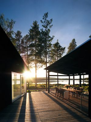 decking. outdoor dining space. Photo: Mathias Nero Architecture: Maria Masgård.