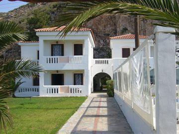 Princess Tia in Balos op Samos. Aan het strand mét zwembad. 4 tavernes op loopafstand en heel rustig hier. €1025 2wkn sept incl auto  http://www.tripadvisor.nl/Hotel_Review-g3400881-d670974-Reviews-Princess_Tia_Hotel-Ormos_Koumeikon_Samos_Northeast_Aegean_Islands.html http://www.princesstia.gr/