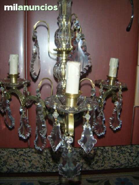 . Preciosa lampara de bronce ,de tres luces de velas ,con todos sus lagrimas de critales de mayor a menor.