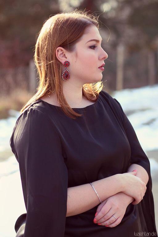 Photos: Falko Blümlein Blouse: Christine Kardashian Pants: Via Appia Due Pumps: LaStrada (no name) Earrings: Pinkbiju (Brasil) Bracelet: Swarovski Alternatives: ASOS pants, ASOS pumps, Johnny loves Rosie earrings, Fossil bracelet Das ist sie also, die ordnungswidrige Bluse. ;) Wegen so einem unschuldigen, wunderschönen Ding hat der Zoll sich gesträubt, mir das Päckchen ohne Umwege ausliefern...