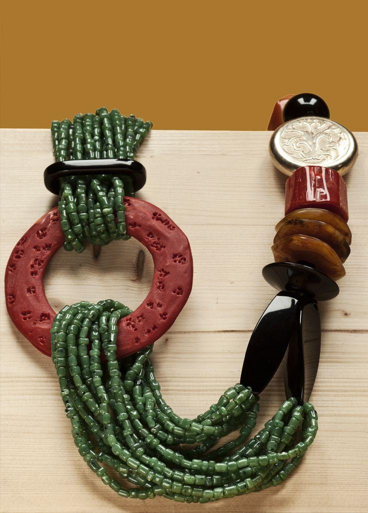 Le collane e i girocolli sono tutte realizzate in resina e assemblate a mano. La stilista fiorentina crea le sue linee dando sfogo alla sua creatività e fantasia e attingendo ad un'infinita tavolozza di colori.