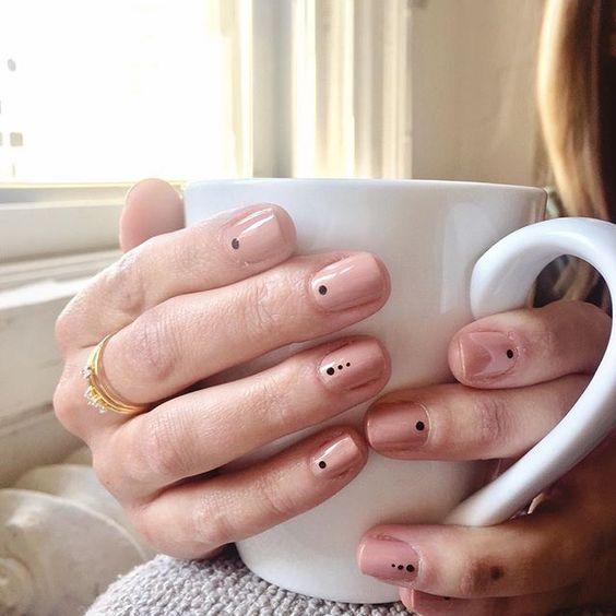 ¡Los polka dots invaden tus uñas con increíbles diseños!