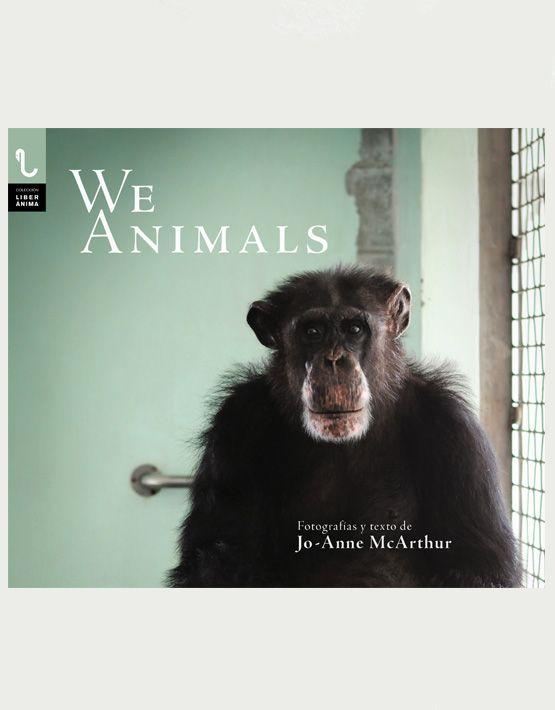 La obra We Animals contiene más de cien fotografías obtenidas a partir de las miles de imágenes que constituyen un archivo en el que se muestra a los animales en granjas, laboratorios, circos, acuarios y mercados; así como en santuarios y su hábitat natural. La fotorreportera, Jo-Anne McArthur, documenta cómo interactuamos con otros animales y plantea preguntas profundas sobre nuestra responsabilidad hacia su cuidado. Desde los pollos broiler de una nave, hasta un tigre de un templo budista…