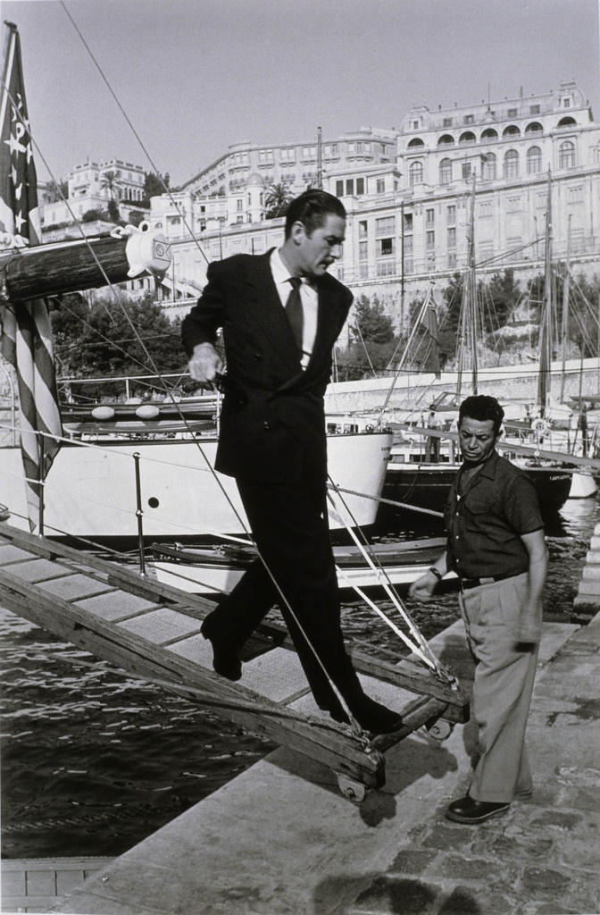 reinopin: Errol Flynn descend de son yacht, Monaco, novembre 1950 © Walter Carone / Paris Match / Collection de la Maison Européenne de la Photographie