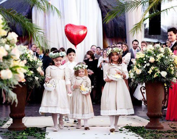 Daminhas e pajem casamento na praia roupa vestido bege coroa de flores (Foto: Lio Simas)