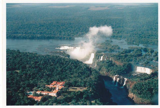 En esta foto aérea de Suana en helicóptero vemos el Hotel brasileño Das Cataratas y la Garganta del Diablo