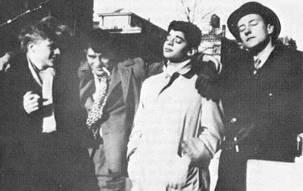 """Lucien Carr, Jack Kerouac, Allen Ginsberg und William S. Burroughs (1944): """"Denn die einzig wirklichen Menschen sind für mich die Verrückten, die verrückt danach sind zu leben, verrückt danach zu sprechen, verrückt danach, erlöst zu werden, und nach allem gleichzeitig gieren - jene, die niemals gähnen oder etwas Alltägliches sagen, sondern brennen, brennen, brennen wie phantastische gelbe Wunderkerzen."""""""