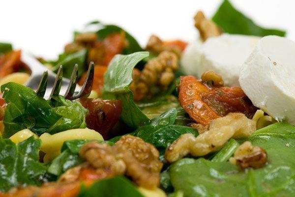 Πράσινη σαλάτα με καρύδια και κατσικίσιο τυρί