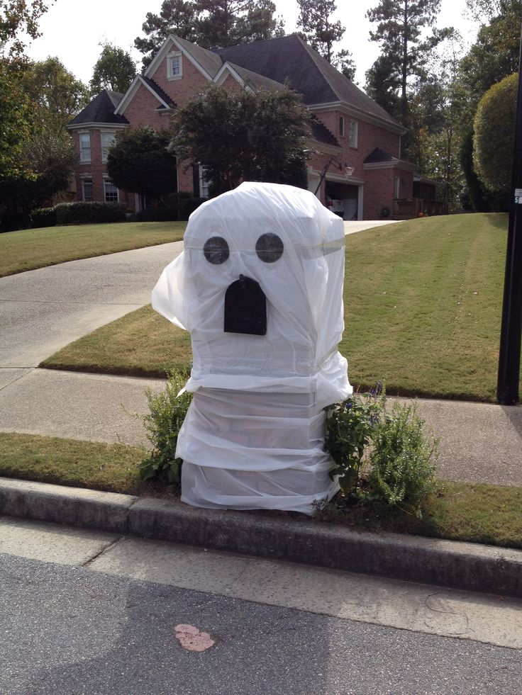 Ideas to decorate a brick mailbox for Halloween..... All dollar store items!