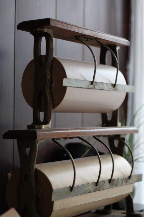een papierverdeler met nog het originele  papier erin om etenswaren in te verpakken