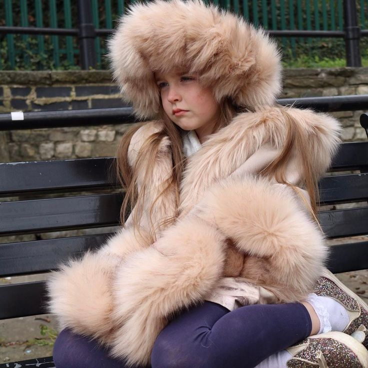 "Polubienia: 29, komentarze: 1 – Fluffy flamingo UK (@fluffy_flamingo_uk) na Instagramie: ""Synthetic fur....hard to believe, but true!!  #fauxfur #syntheticfur #notrealfur #furcape…"""