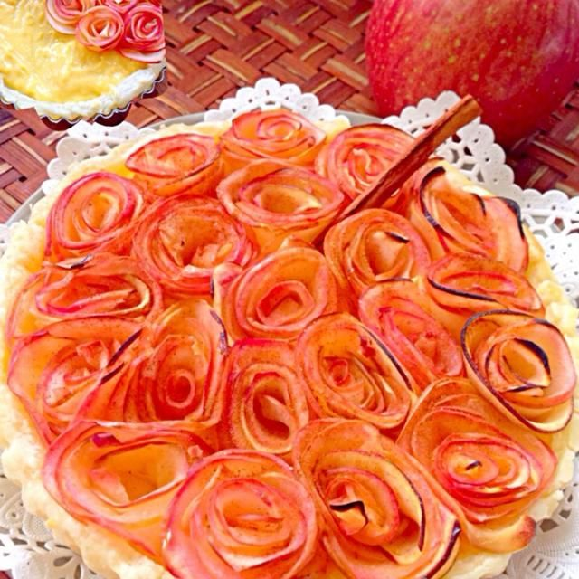 今宵何年振りかに会うお友達へお嬢さんへお見舞い(検査入院だとか)も兼ねて咲かせてみました✌️今年2度目ローズアップルパイ( ´ ▽ ` ) いよちゃんからいただいた林檎たっぷりバニラビーンズたっぷりカスタードで美味しそうに出来たかなやっぱり赤い綺麗だわ✨食べちゃいたいwww - 162件のもぐもぐ - Rose Apple Custard Pieローズアップルカスタードパイ by Ami