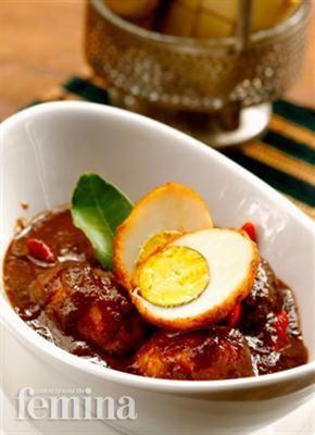 Telur Petis. 12 telur rebus 500 ml minyak, 2 serai, memarkan 3 daun jeruk 4 sdm petis ikan 300 ml santan kental 1 sdt garam 1 sdt gula pasir ½ sdt merica 20 cabai rawit Bumbu, haluskan: 10 bw merah 5 bw putih 5 cm jahe, bakar 3 cm kunyit, bakar 2 kunci 2 kemiri sangrai ½ sdt ketumbar Goreng telur rebus. Tumis bumbu halus, serai, dan daun jeruk. Add petis, santan, garam, merica, gula, telur,cabai. hingga bumbu meresap.