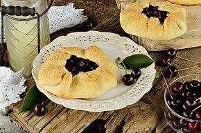 Открытые пироги с вишней (мини-галеты)