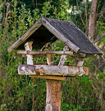 www.garden-art-projects.com/rustic-bird-feeders.html