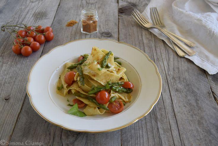 Oggi ho messo le mani in pasta, come si suol dire e ho preparato le pappardelle con asparagi, bottarga e pomodorini, un primo piatto semplice e veloce