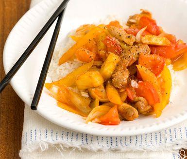 Ett recept för dig som vill lyckas göra en riktigt god kycklingwok hemma! Till den sötsura woken behöver du bland annat grönsaker, ananas och kyckling. Servera den härliga asiatiska rätten med ris.