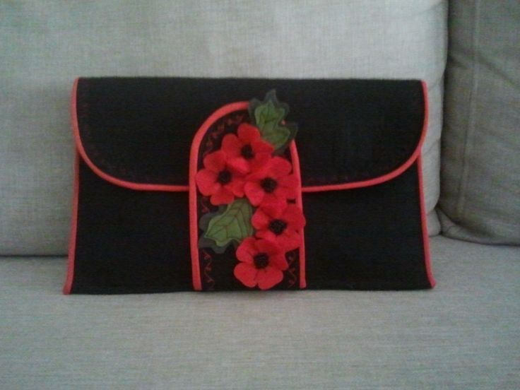 kalın keçeden yapılmış çiçek aplikeli portföyler her türlü kıyafetle uyumlu olabilecek şık modeller. ilham alabileceğiniz el yapımı çanta, cüzdan ve clutch örnekleri 10marifet.org'da