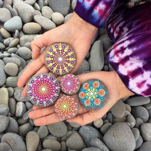 Elspeth McLean, artista australiana che vive in Canada, è capace di creare affascinanti mandala dipingendo con minuscoli e coloratissimi puntini la liscia superficie dei sassi di fiume.