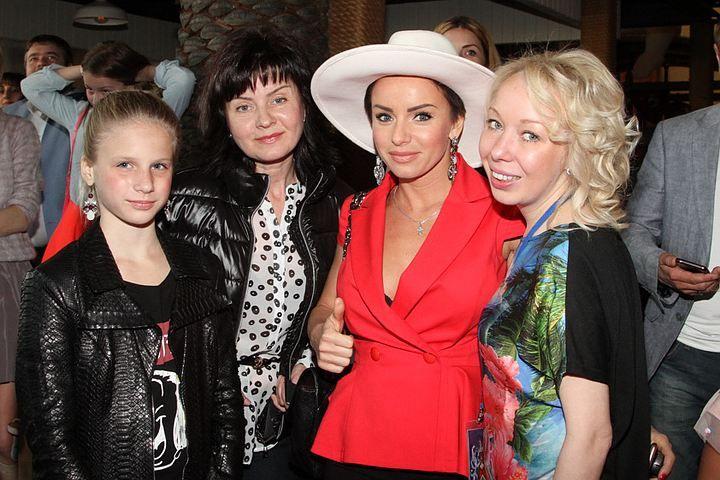 Победив онкологию, Юля Волкова вернулась к светской жизни. Популярная певица поздравила группу «Непоседы» с 25- летием