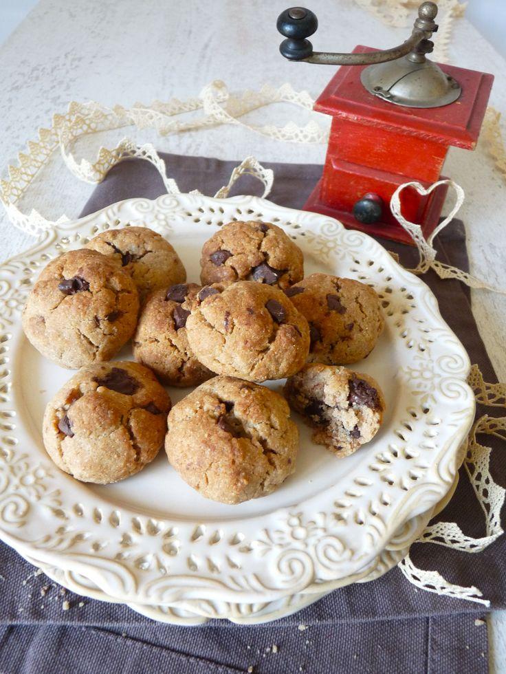 """Difficile d'attendre que ces cookies sans gluten refroidissent pour les goûter ! Cette recette incontournable séduit petits et grands, avec le délicieux goût de châtaigne... Mmmm! Même les """"glutenivores"""" réclament cette recette de cookies sans gluten!"""