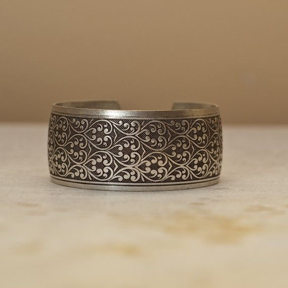 Stunning cuff bracelet with adjustable size !