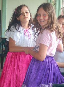 Cultural exchange during a volunteer vacation in Costa Rica.  Linkse meisje is mijn  petekindje